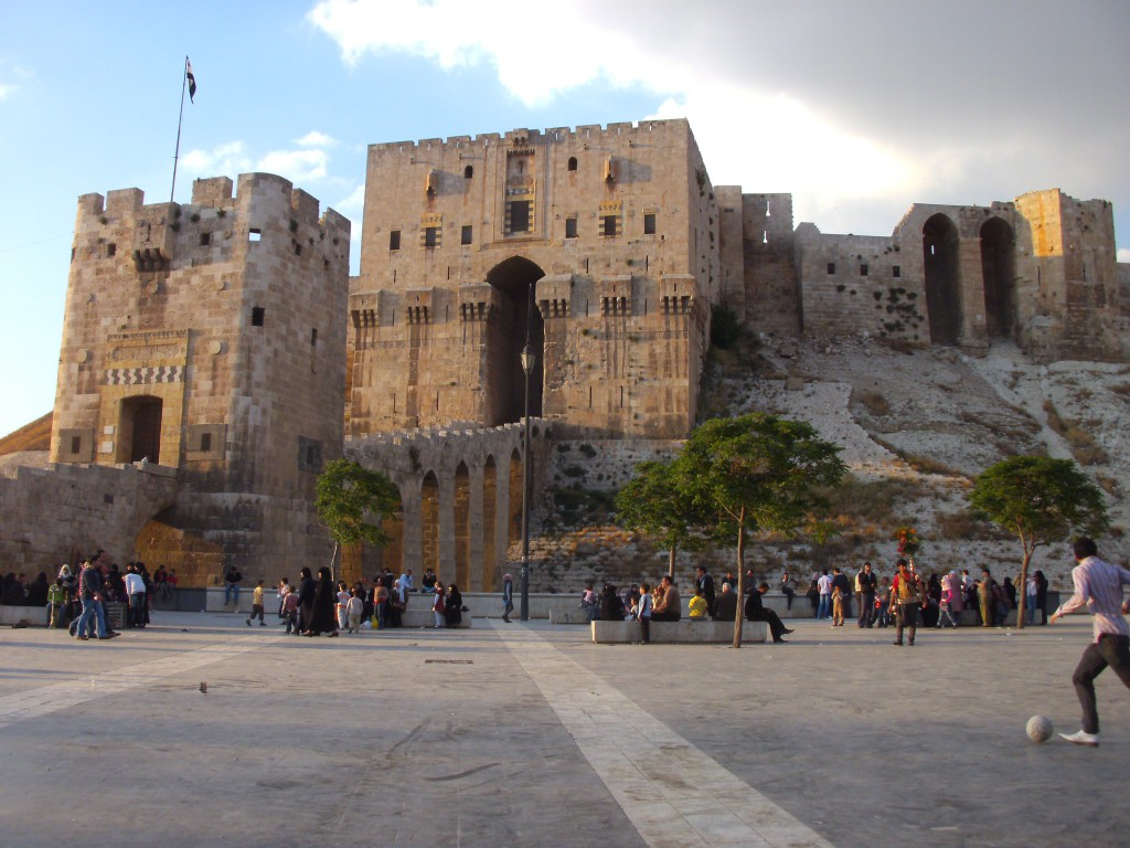 Eingang der Zitadelle mit Viadukt, Aleppo, Syrien, April 2011, 36°11'N 37°09'E