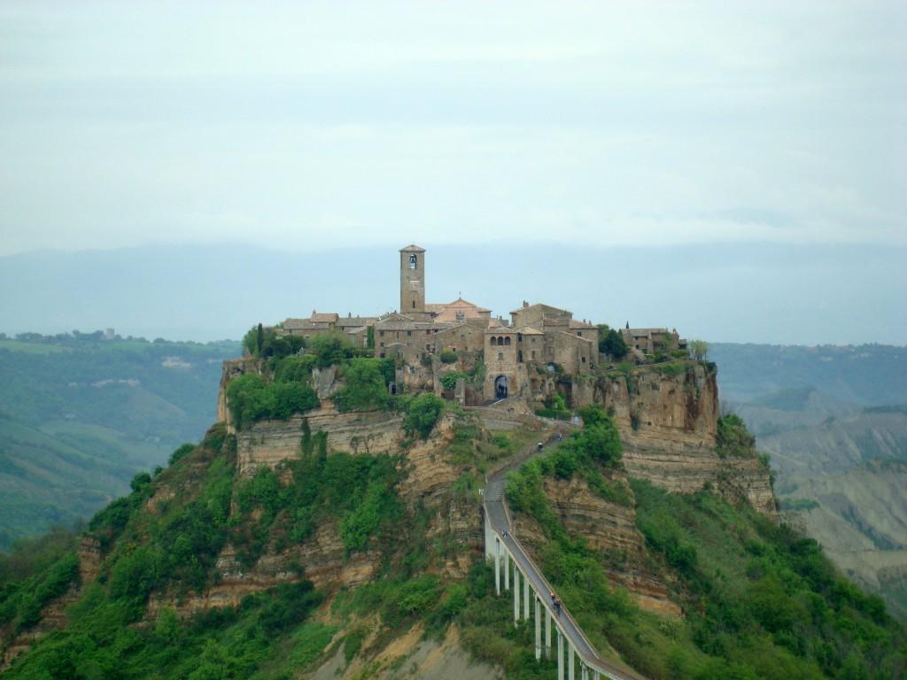 Abb. 1: Civita di Bagnoregio. Viele Bürger verließen im Mittelalter aufgrund der starken Erosionsdynamik die Stadt