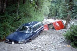Abb. 2: Das Hochwasser vom 1. Juli 1990 in Benediktbeuern. Oben: Mitgerissene Autos aus dem Lainbachtal. Unten: Sedimentablagerungen im Ortskern von Benediktbeuern (Quelle: M. Becht)