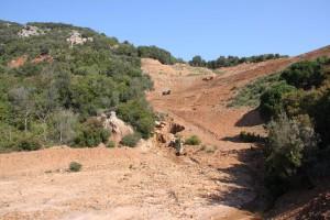 Abb. 8: Ehemalige Erzmine auf der Insel Elba. Durch die starke Erosion müssen die terrassierten Hänge zusätzlich mit Querbauten befestigt werden (Quelle: J. Hüttel).