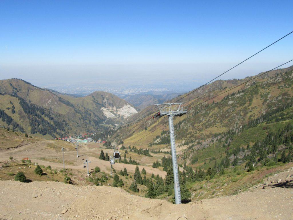 Das neue Skigebiet Shymbulak - Im Hintergrund ist Almaty unter eine Smogglocke zu erkennen ©Teresa Schlemmer